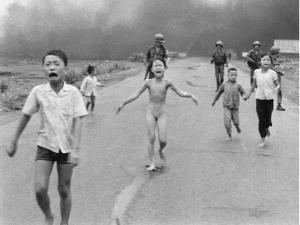 Mahnmal gegen jede Art der Unmenschlichkeit Kim Phuc Phan Thi  300x225 - International peace price for Kim Phuc Phan Thi